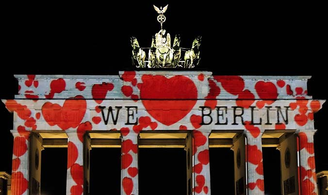 "Brandenburger Tor, angestraht mit Herzen und  ""We love Berlin""  beim Festival of Light"